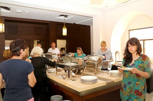 Tuksnesī apmeklējam un pusdienojam Šārdžas emirātu viesnīcā «Al Badayer Oasis», kas pieder emirāta īpašo naktsmītņu kolekcijai «Mysk  Sharjah Collecti 40