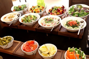 Tuksnesī apmeklējam un pusdienojam Šārdžas emirātu viesnīcā «Al Badayer Oasis», kas pieder emirāta īpašo naktsmītņu kolekcijai «Mysk  Sharjah Collecti 49