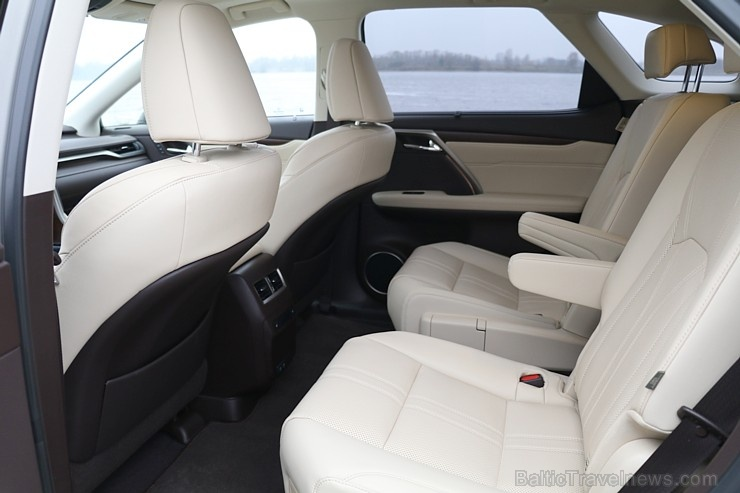 Travelnews.lv Latvijas svētku dzimšanas dienu sagaida ar jauno «Lexus RX450HL»