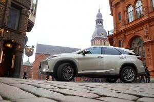 Travelnews.lv Latvijas svētku dzimšanas dienu sagaida ar jauno «Lexus RX450HL» 12