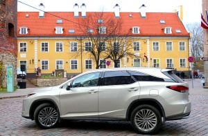 Travelnews.lv Latvijas svētku dzimšanas dienu sagaida ar jauno «Lexus RX450HL» 14