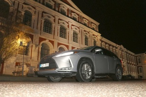 Travelnews.lv Latvijas svētku dzimšanas dienu sagaida ar jauno «Lexus RX450HL» 44