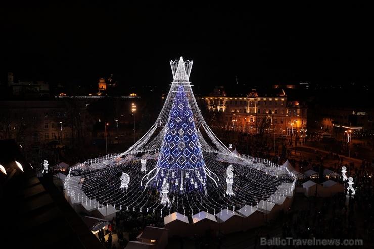 Viļņā iededz vienu no skaistākajām Ziemassvētku eglēm Eiropā