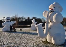 Cauri deviņām Latvijas kaprīzajām ziemām Dobeles dižie sniegavīri ir veiksmīgi atnākuši līdz savam desmitajam saietam 2