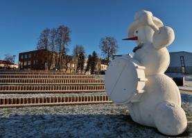 Cauri deviņām Latvijas kaprīzajām ziemām Dobeles dižie sniegavīri ir veiksmīgi atnākuši līdz savam desmitajam saietam 5