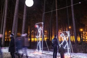 Jau trešo gadu Jūrmalā, Dzintaru mežaparkā, iemirdzējušās gaismas skulptūras un dekori, veidoti no tūkstošiem LED lampiņu virtenēm 10