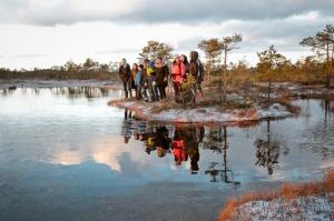 Ceļotāji Tukuma pusē esošajā Ķemeru tīrelī sagaida brīnišķīgu saullēktu ar purva kurpēm kājās 8