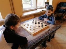 Ģimeņu dienā Jaunmoku pilī spēlē galda spēles un bauda dažādas aktivitātes 3