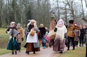 Turaidas muzejrezervātā lustīgi svin latviešu gadskārtu svētkus – Meteņus, iezīmējot zemnieku jaunā gada sākumu un simboliski metot gadskārtu metus uz 1