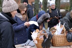 Turaidas muzejrezervātā lustīgi svin latviešu gadskārtu svētkus – Meteņus, iezīmējot zemnieku jaunā gada sākumu un simboliski metot gadskārtu metus uz 2