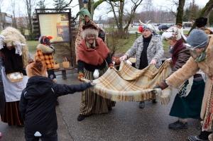 Turaidas muzejrezervātā lustīgi svin latviešu gadskārtu svētkus – Meteņus, iezīmējot zemnieku jaunā gada sākumu un simboliski metot gadskārtu metus uz 3