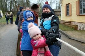 Turaidas muzejrezervātā lustīgi svin latviešu gadskārtu svētkus – Meteņus, iezīmējot zemnieku jaunā gada sākumu un simboliski metot gadskārtu metus uz 4
