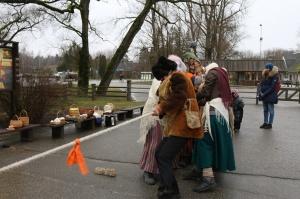 Turaidas muzejrezervātā lustīgi svin latviešu gadskārtu svētkus – Meteņus, iezīmējot zemnieku jaunā gada sākumu un simboliski metot gadskārtu metus uz 5