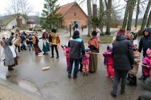 Turaidas muzejrezervātā lustīgi svin latviešu gadskārtu svētkus – Meteņus, iezīmējot zemnieku jaunā gada sākumu un simboliski metot gadskārtu metus uz 6