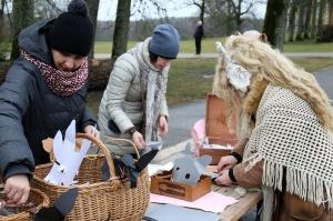 Turaidas muzejrezervātā lustīgi svin latviešu gadskārtu svētkus – Meteņus, iezīmējot zemnieku jaunā gada sākumu un simboliski metot gadskārtu metus uz 7