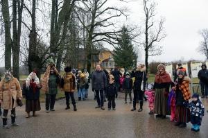 Turaidas muzejrezervātā lustīgi svin latviešu gadskārtu svētkus – Meteņus, iezīmējot zemnieku jaunā gada sākumu un simboliski metot gadskārtu metus uz 8