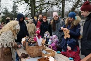 Turaidas muzejrezervātā lustīgi svin latviešu gadskārtu svētkus – Meteņus, iezīmējot zemnieku jaunā gada sākumu un simboliski metot gadskārtu metus uz 9