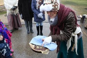 Turaidas muzejrezervātā lustīgi svin latviešu gadskārtu svētkus – Meteņus, iezīmējot zemnieku jaunā gada sākumu un simboliski metot gadskārtu metus uz 10