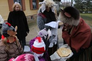 Turaidas muzejrezervātā lustīgi svin latviešu gadskārtu svētkus – Meteņus, iezīmējot zemnieku jaunā gada sākumu un simboliski metot gadskārtu metus uz 11