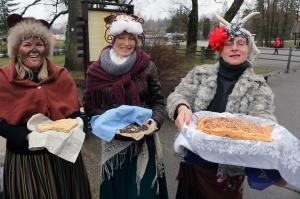 Turaidas muzejrezervātā lustīgi svin latviešu gadskārtu svētkus – Meteņus, iezīmējot zemnieku jaunā gada sākumu un simboliski metot gadskārtu metus uz 12