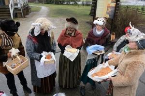 Turaidas muzejrezervātā lustīgi svin latviešu gadskārtu svētkus – Meteņus, iezīmējot zemnieku jaunā gada sākumu un simboliski metot gadskārtu metus uz 13