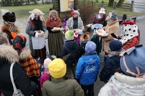 Turaidas muzejrezervātā lustīgi svin latviešu gadskārtu svētkus – Meteņus, iezīmējot zemnieku jaunā gada sākumu un simboliski metot gadskārtu metus uz 14