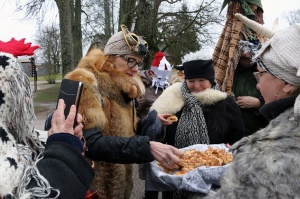 Turaidas muzejrezervātā lustīgi svin latviešu gadskārtu svētkus – Meteņus, iezīmējot zemnieku jaunā gada sākumu un simboliski metot gadskārtu metus uz 15