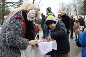 Turaidas muzejrezervātā lustīgi svin latviešu gadskārtu svētkus – Meteņus, iezīmējot zemnieku jaunā gada sākumu un simboliski metot gadskārtu metus uz 16