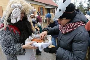 Turaidas muzejrezervātā lustīgi svin latviešu gadskārtu svētkus – Meteņus, iezīmējot zemnieku jaunā gada sākumu un simboliski metot gadskārtu metus uz 17