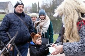 Turaidas muzejrezervātā lustīgi svin latviešu gadskārtu svētkus – Meteņus, iezīmējot zemnieku jaunā gada sākumu un simboliski metot gadskārtu metus uz 18