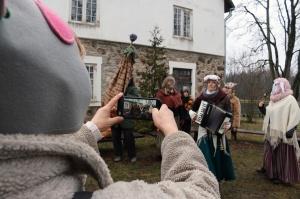Turaidas muzejrezervātā lustīgi svin latviešu gadskārtu svētkus – Meteņus, iezīmējot zemnieku jaunā gada sākumu un simboliski metot gadskārtu metus uz 19