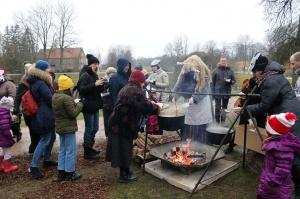 Turaidas muzejrezervātā lustīgi svin latviešu gadskārtu svētkus – Meteņus, iezīmējot zemnieku jaunā gada sākumu un simboliski metot gadskārtu metus uz 20