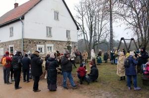 Turaidas muzejrezervātā lustīgi svin latviešu gadskārtu svētkus – Meteņus, iezīmējot zemnieku jaunā gada sākumu un simboliski metot gadskārtu metus uz 21