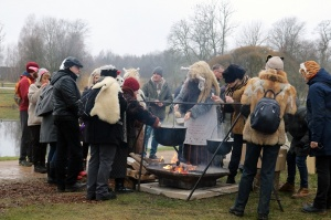 Turaidas muzejrezervātā lustīgi svin latviešu gadskārtu svētkus – Meteņus, iezīmējot zemnieku jaunā gada sākumu un simboliski metot gadskārtu metus uz 22