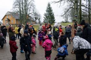 Turaidas muzejrezervātā lustīgi svin latviešu gadskārtu svētkus – Meteņus, iezīmējot zemnieku jaunā gada sākumu un simboliski metot gadskārtu metus uz 25
