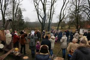 Turaidas muzejrezervātā lustīgi svin latviešu gadskārtu svētkus – Meteņus, iezīmējot zemnieku jaunā gada sākumu un simboliski metot gadskārtu metus uz 33