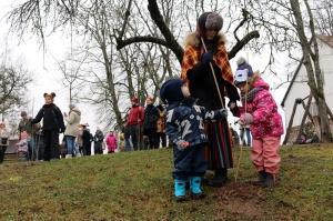 Turaidas muzejrezervātā lustīgi svin latviešu gadskārtu svētkus – Meteņus, iezīmējot zemnieku jaunā gada sākumu un simboliski metot gadskārtu metus uz 34