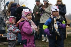 Turaidas muzejrezervātā lustīgi svin latviešu gadskārtu svētkus – Meteņus, iezīmējot zemnieku jaunā gada sākumu un simboliski metot gadskārtu metus uz 36
