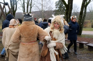 Turaidas muzejrezervātā lustīgi svin latviešu gadskārtu svētkus – Meteņus, iezīmējot zemnieku jaunā gada sākumu un simboliski metot gadskārtu metus uz 37