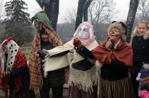 Turaidas muzejrezervātā lustīgi svin latviešu gadskārtu svētkus – Meteņus, iezīmējot zemnieku jaunā gada sākumu un simboliski metot gadskārtu metus uz 38