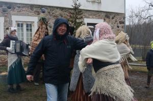 Turaidas muzejrezervātā lustīgi svin latviešu gadskārtu svētkus – Meteņus, iezīmējot zemnieku jaunā gada sākumu un simboliski metot gadskārtu metus uz 39