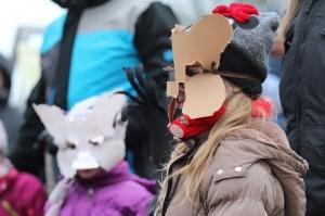 Turaidas muzejrezervātā lustīgi svin latviešu gadskārtu svētkus – Meteņus, iezīmējot zemnieku jaunā gada sākumu un simboliski metot gadskārtu metus uz 41