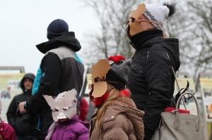 Turaidas muzejrezervātā lustīgi svin latviešu gadskārtu svētkus – Meteņus, iezīmējot zemnieku jaunā gada sākumu un simboliski metot gadskārtu metus uz 42