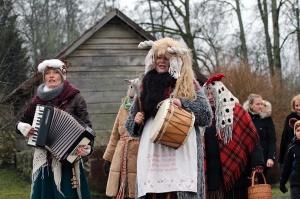 Turaidas muzejrezervātā lustīgi svin latviešu gadskārtu svētkus – Meteņus, iezīmējot zemnieku jaunā gada sākumu un simboliski metot gadskārtu metus uz 43