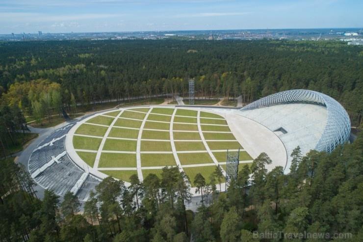 Mežaparka Lielā estrāde ir ieguvusi tās autoru arhitektu Jura Pogas un Austra Mailīša iecerētās Sidraba birzs dziesmu kalnā veidolu