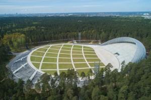Mežaparka Lielā estrāde ir ieguvusi tās autoru arhitektu Jura Pogas un Austra Mailīša iecerētās Sidraba birzs dziesmu kalnā veidolu 1