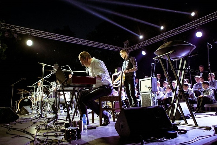 Tiguļkalnu Talsos piepilda skanīgs Raimonda Tigula brīvdabas koncerts