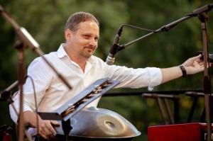 Tiguļkalnu Talsos piepilda skanīgs Raimonda Tigula brīvdabas koncerts 1