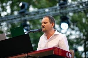 Tiguļkalnu Talsos piepilda skanīgs Raimonda Tigula brīvdabas koncerts 3