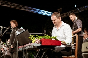 Tiguļkalnu Talsos piepilda skanīgs Raimonda Tigula brīvdabas koncerts 8